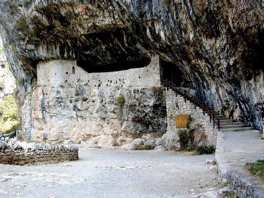 La ermita en la cueva del cañón de Añisclo