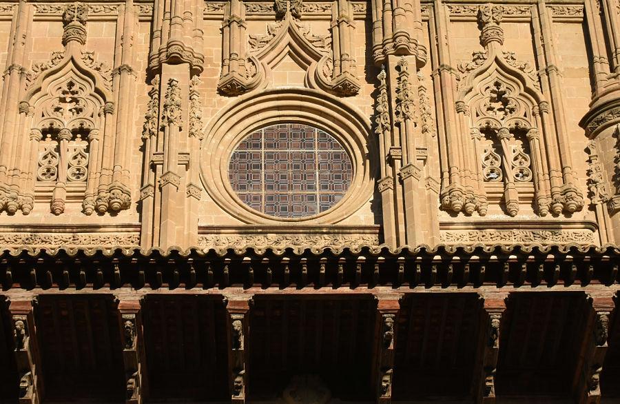 El alero mudéjar y el cuerpo superior de la fachada de la catedral de Huesca