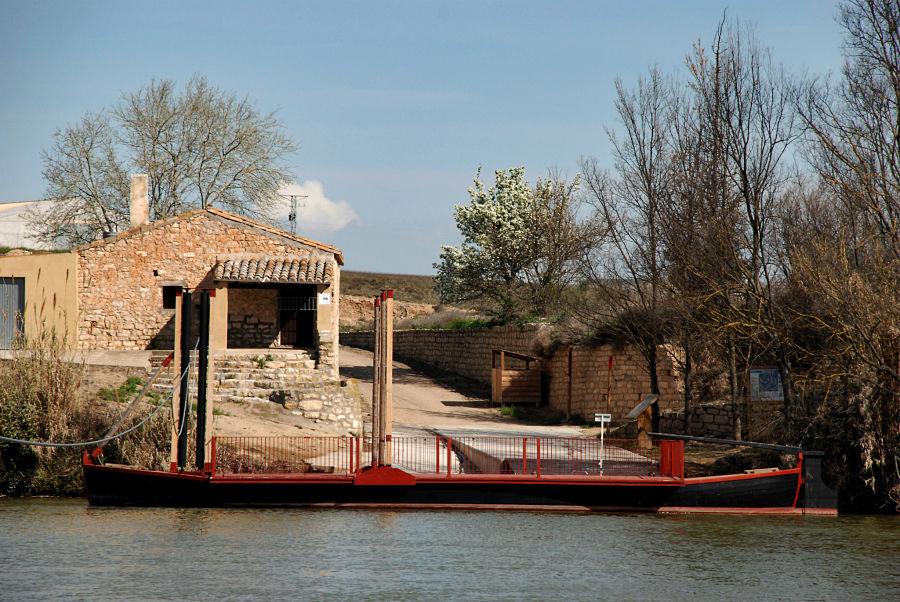 Barca de paso reconstruida con fines turísticos en Alforque