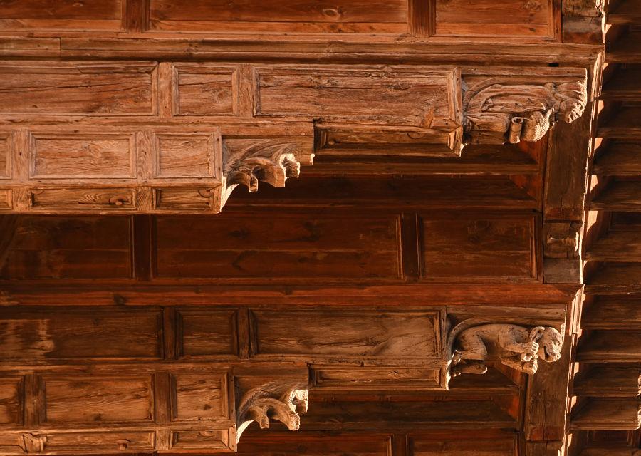 Dos de los canes tallados en el tejaroz de la catedral