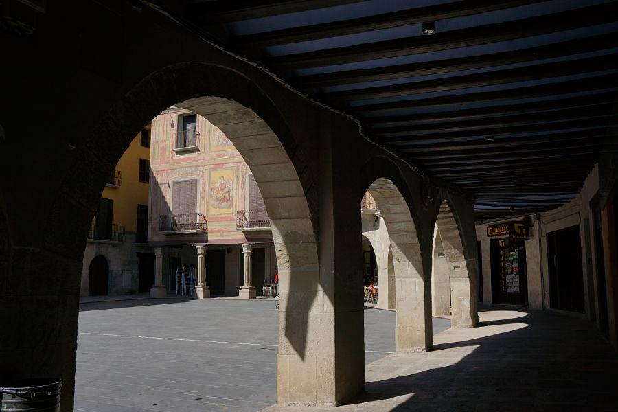 Casa Barón desde los soportales de la plaza Mayor. Graus