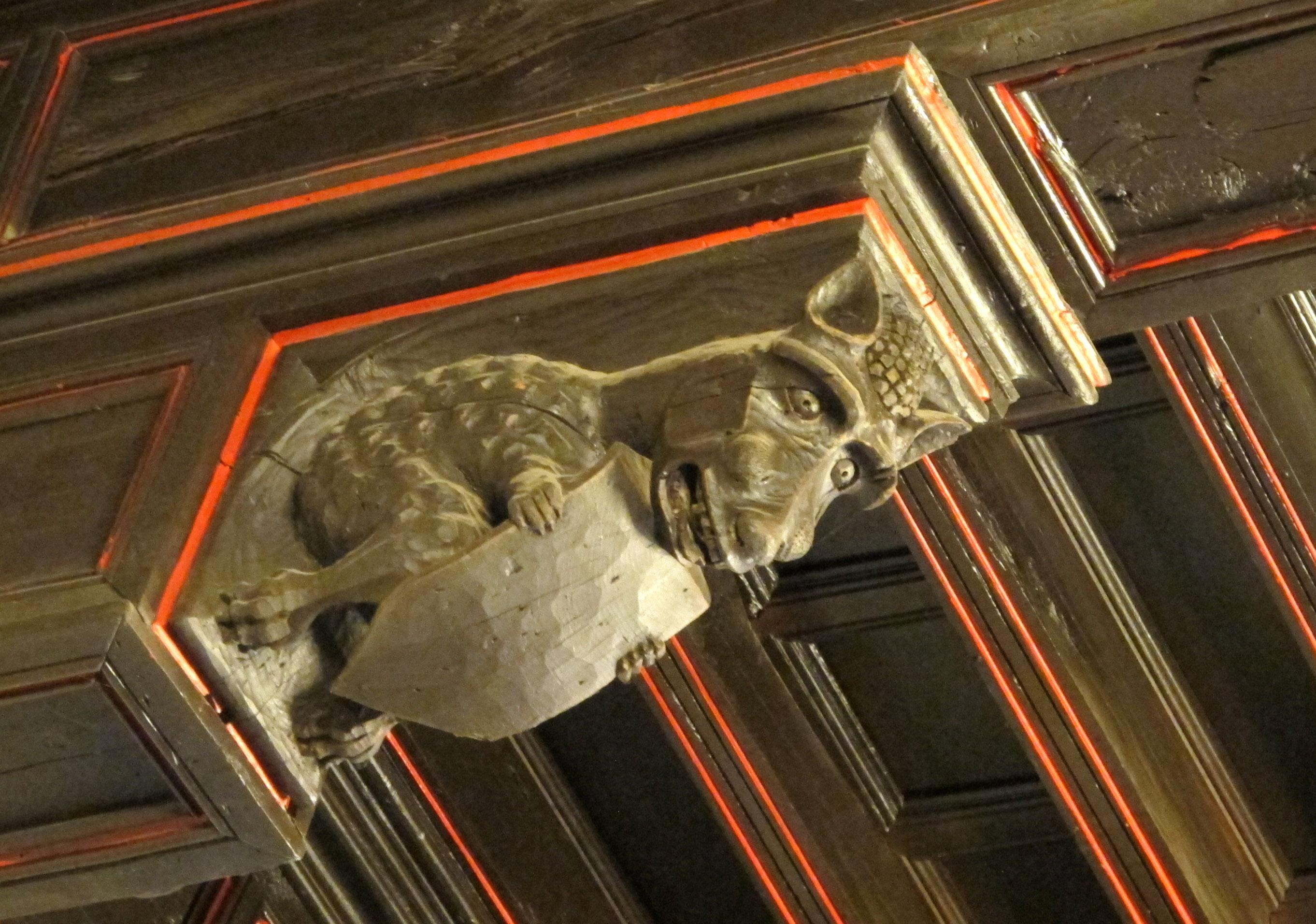 Dragón tallado en la techumbre de uno de los salones nobles del Ayuntamiento. Foto: Carlos Garcés Manau