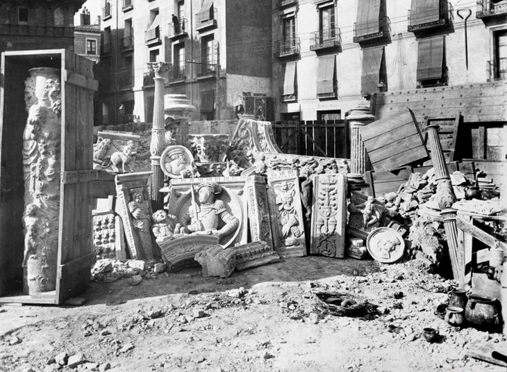 Las esculturas del patio de la Infanta tras el derribo del palacio Zaporta. Estudio Coyne, 1903. Archivo Histórico Provincial de Zaragoza