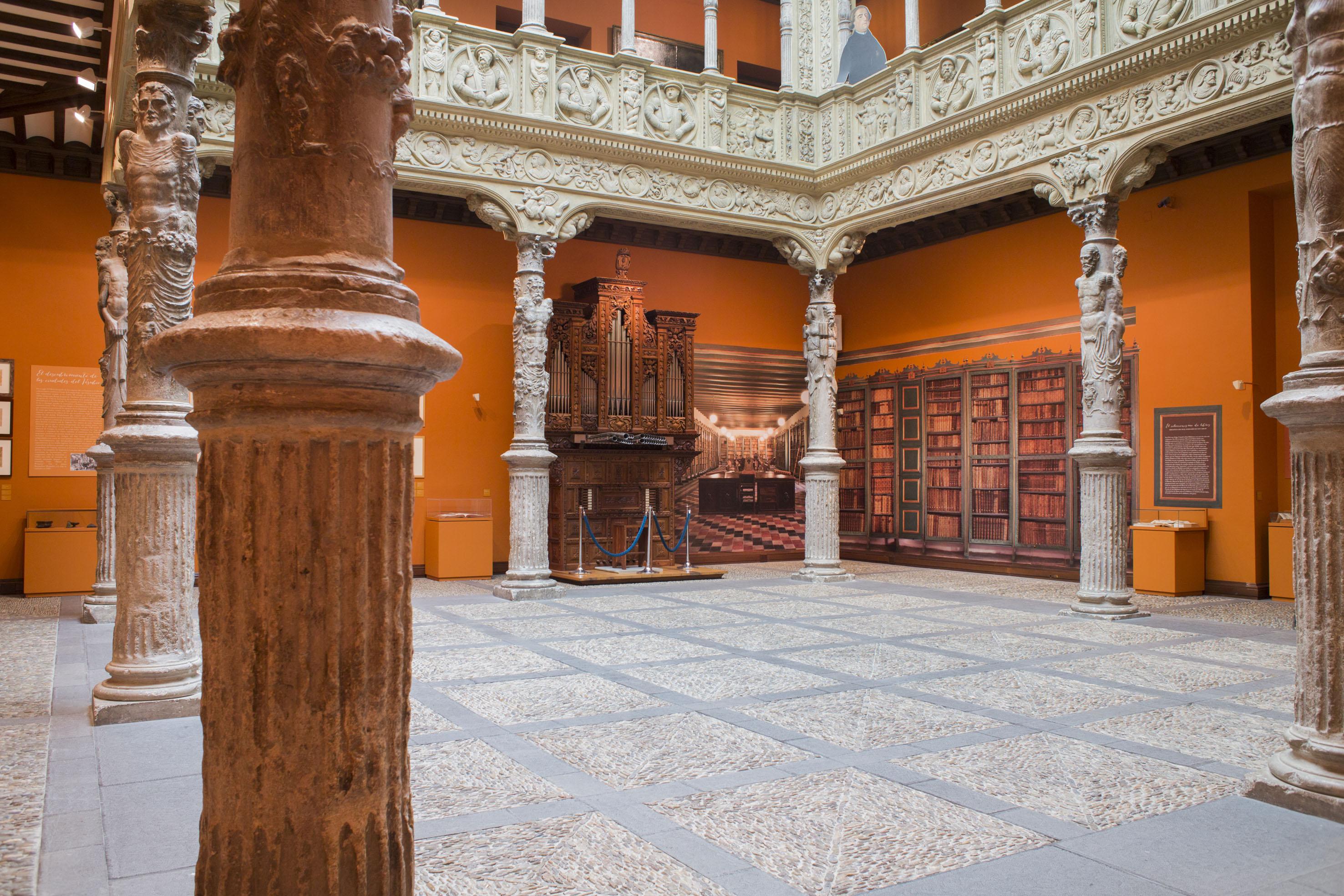 Horóscopo esculpido en las columnas del piso inferior. Foto: Ibercaja. Obra Social