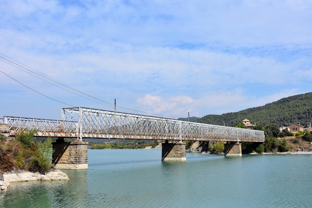 El emblemático puente de hierro sobre el pantano de la Peña, obra del ingeniero Severino Bello. Foto: Marta Puyol