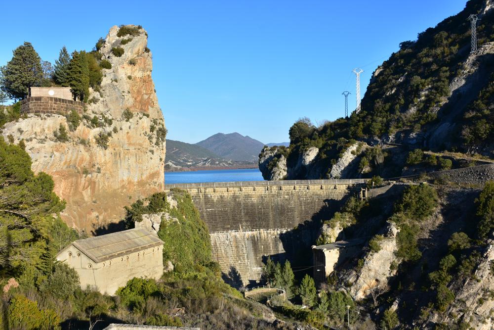 Una de las dos presas del embalse de la Peña. Foto: Marta Puyol