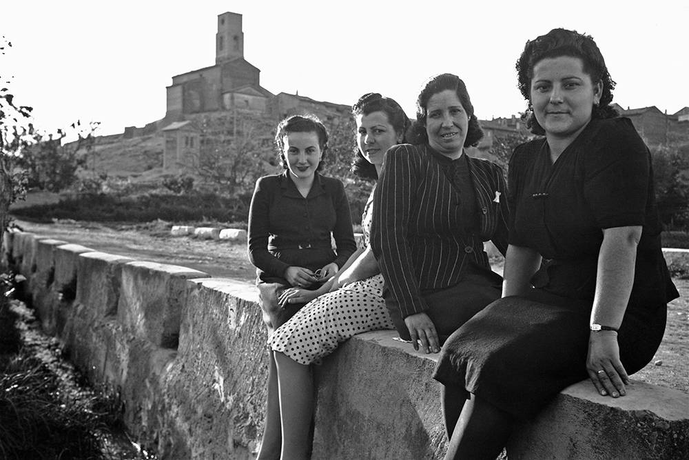 Grupo de mujeres en Santalecina. Alfonso Foradada Coll. Fototeca de la Diputación de Huesca