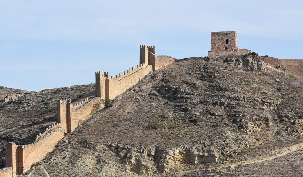 La torre islámica del Andador culminando el recinto amurallado de Albarracín. Foto: Javier Blasco