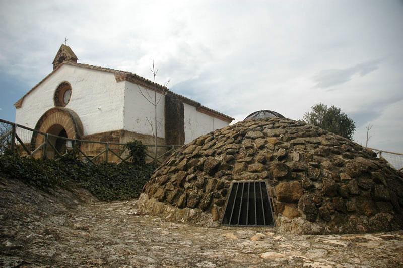 Pozo de nieve y ermita de Santiago. Sariñena