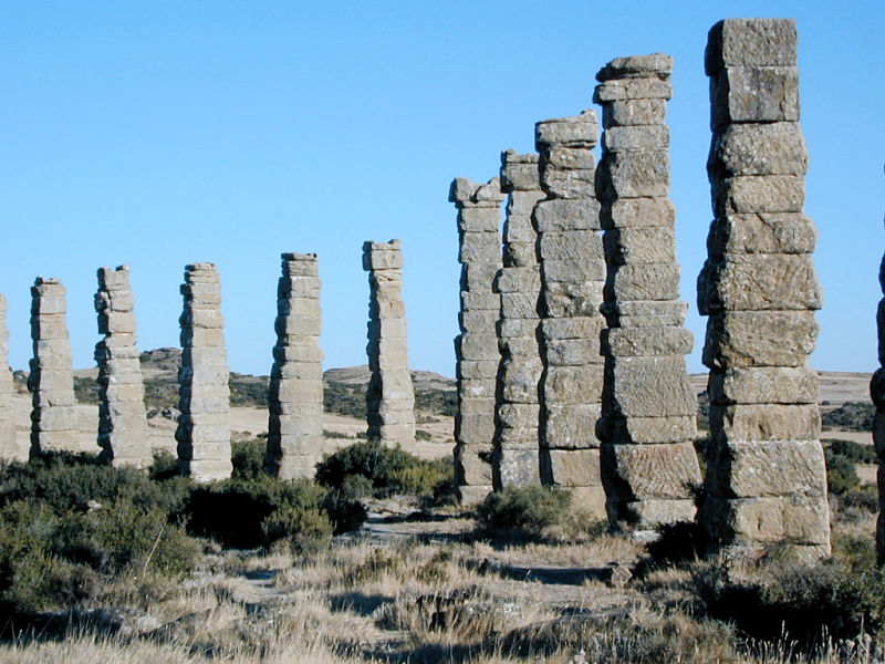 Restos del acueducto romano de los Bañales (siglo I). Uncastillo