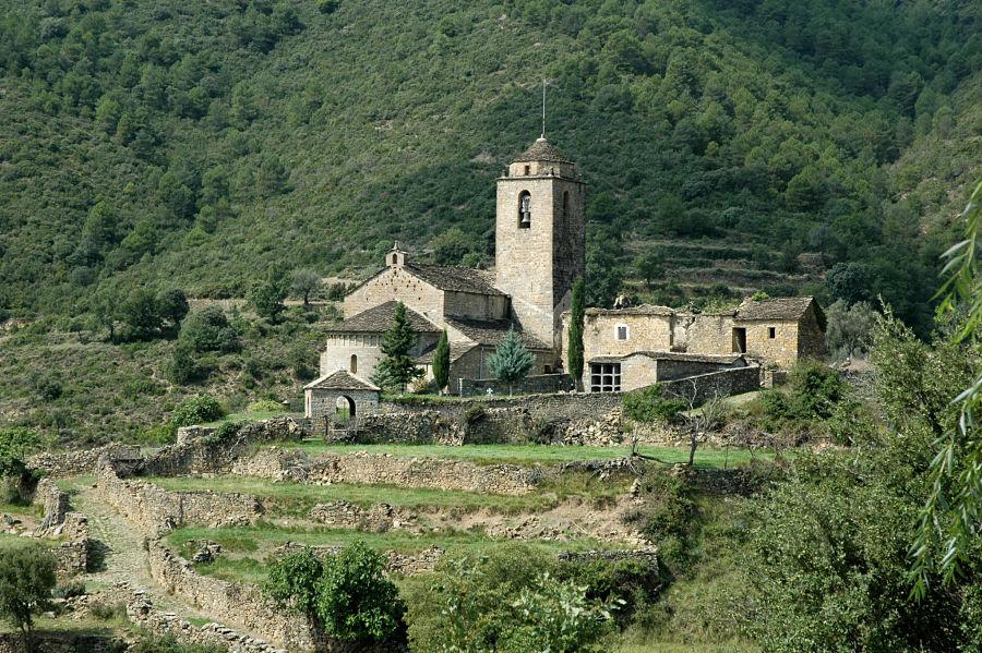 Conjunto parroquial de San Vicente de Labuerda, con el esconjuradero en un extremo del recinto