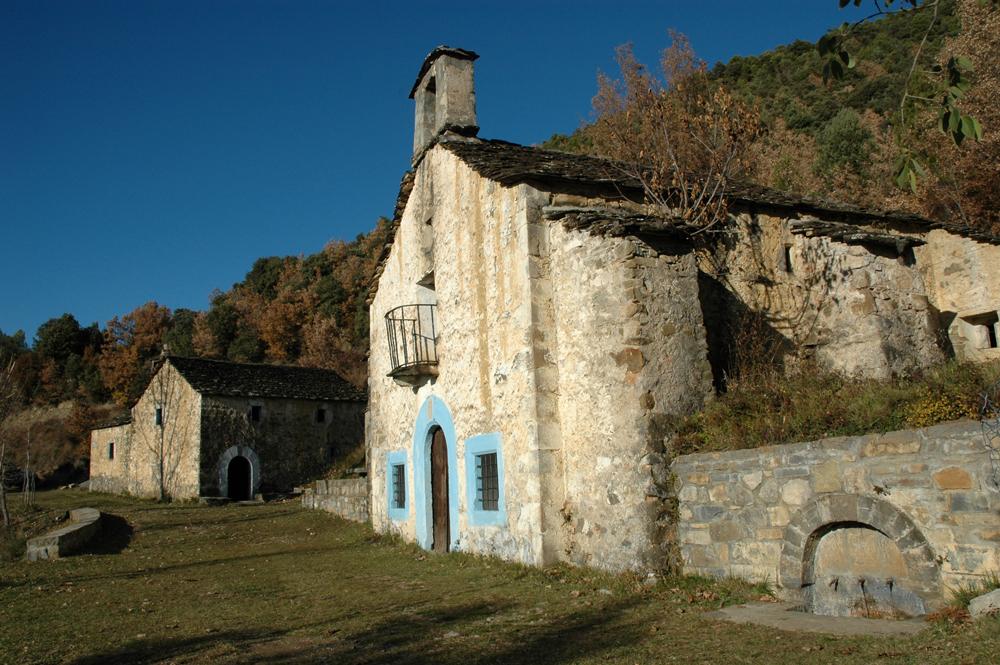 El escenario del primer milagro de San Victorián: fuente, ermita y casa del santero en el santuario de la Fuensanta. Foto: Francisco Bolea